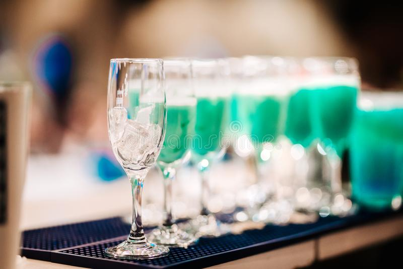 Reihe von Gläsern auf Bar, servierfertige Cocktails Alkoholische Getr?nke schlie?en oben lizenzfreie stockbilder
