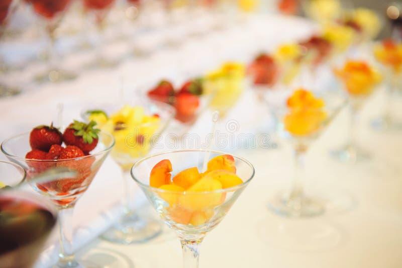 Reihe von Gläsern mit Früchten lizenzfreies stockfoto