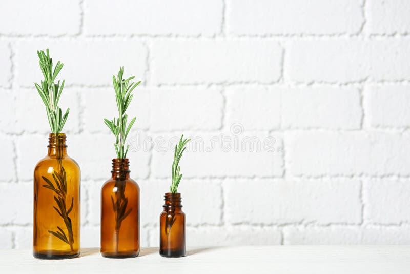 Reihe von Glasflaschen mit Rosmarin stockfotos