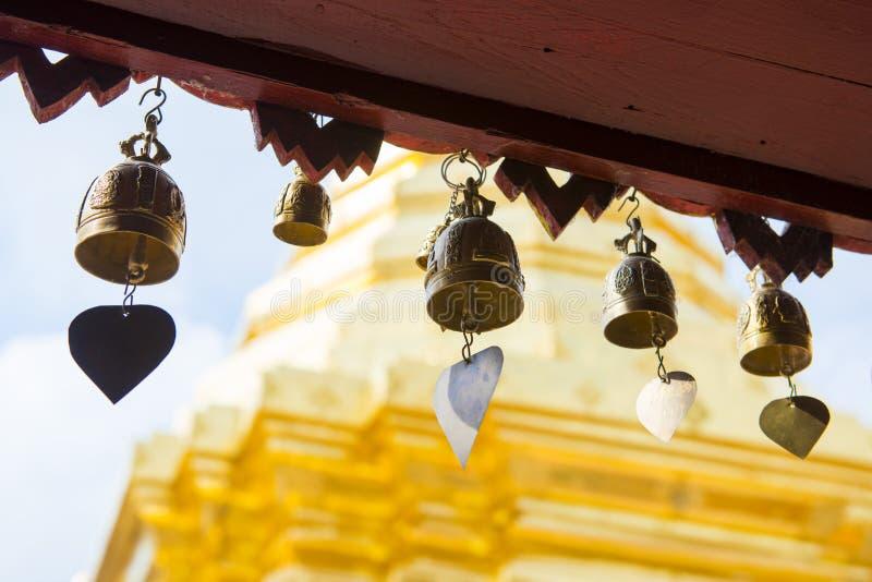 Reihe von goldenen Glocken im Tempel lizenzfreies stockbild