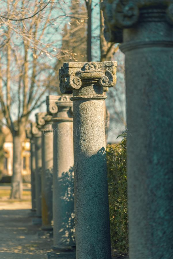 Reihe von Granitsäulen lizenzfreie stockfotografie