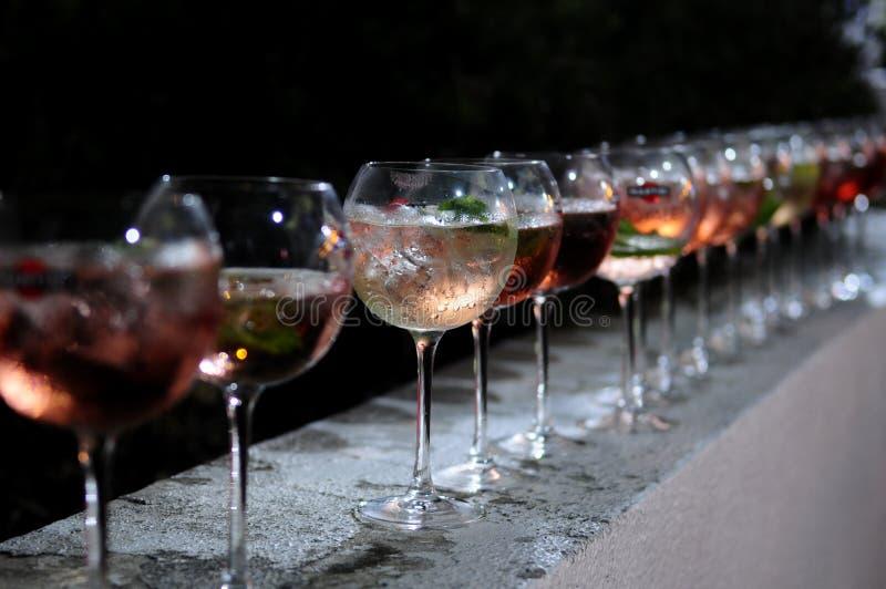 Reihe von Hälfte gefüllten Cocktails, Partei-Ende, Nachtgetränke lizenzfreie stockfotografie