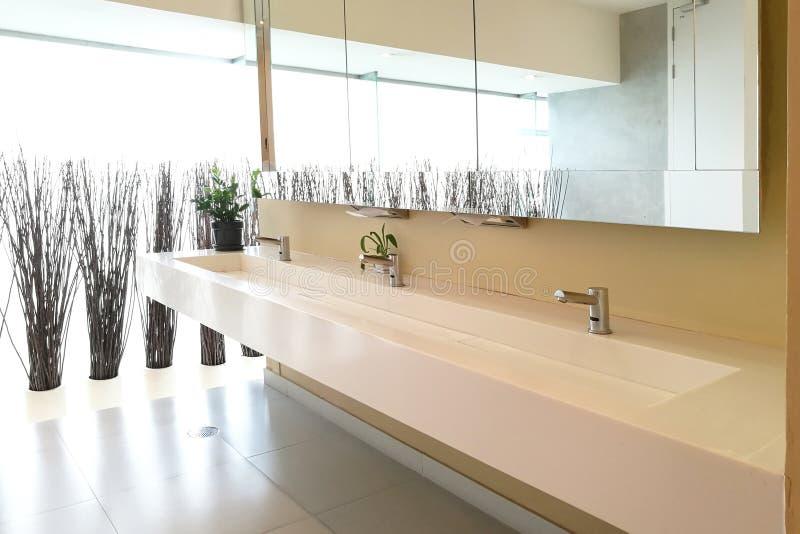 Reihe von Händewaschenwannen in der modernen öffentlichen Toilette lizenzfreie stockfotos