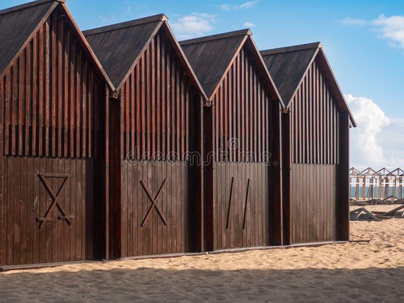 Reihe von hölzernen Strandhütten auf Strand in Portugal im Sommer lizenzfreie stockfotos