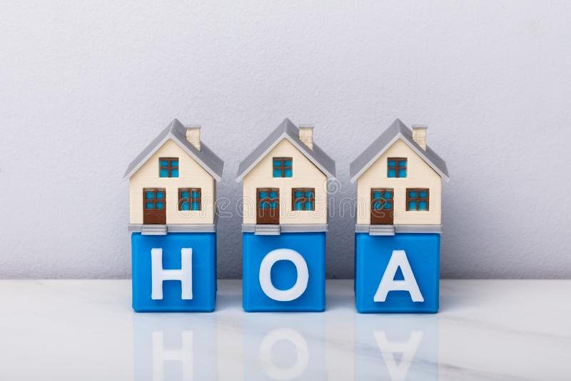 Reihe von Haus-Modellen auf HOA-Kubikbl?cken lizenzfreies stockfoto