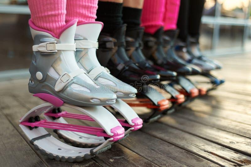 Reihe von kangoo springt Stiefel an den Beinen der Frauen Gruppe Mädchen am Eignungstraining lizenzfreie stockfotografie