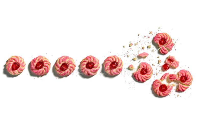 Reihe von Kirschmandel amaretti Plätzchen zerbröckelt auf Weiß lizenzfreies stockbild