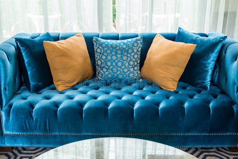Reihe von Kissen auf Sofa im Wohnzimmer stockfoto