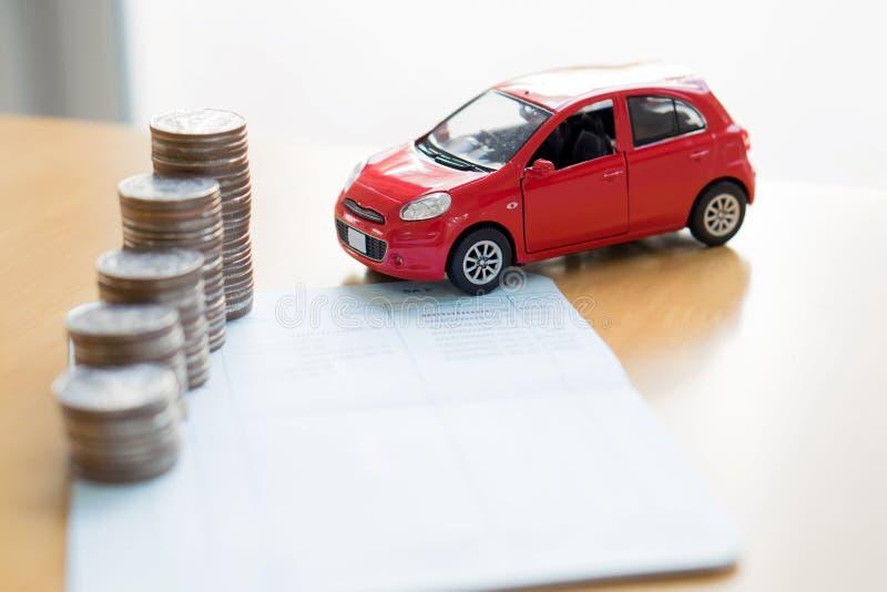 Reihe von Münzen auf Geschäftsbuch und Auto auf Finanzierung lizenzfreies stockfoto