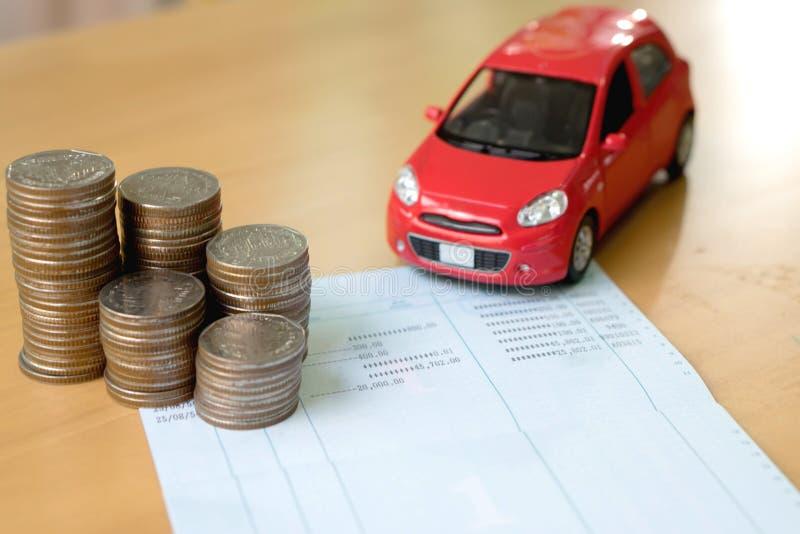 Reihe von Münzen auf Geschäftsbuch und Auto auf Finanzkonzept lizenzfreie stockbilder