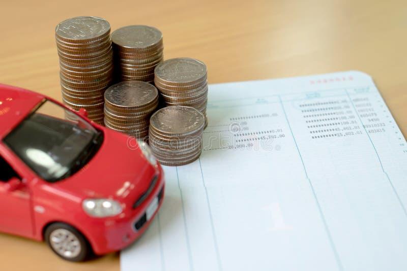 Reihe von Münzen auf Geschäftsbuch und Auto auf Finanzkonzept stockfotos