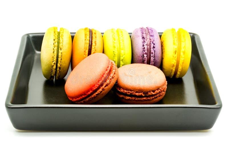 Reihe von macarons in einem Schwarzblech stockfotografie