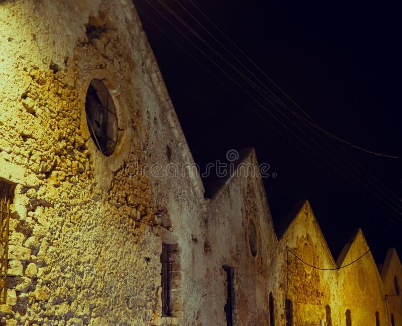 Reihe von merkwürdigen alten historischen Häusern stockfotos