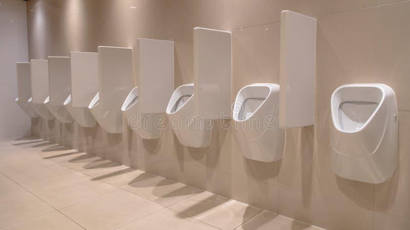 Reihe von modernen Toiletten lizenzfreies stockfoto