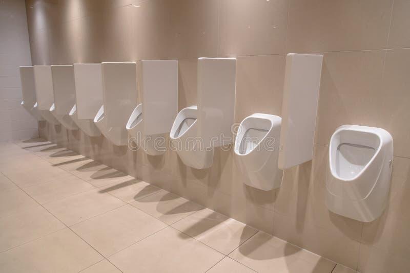 Reihe von modernen Toiletten stockfoto
