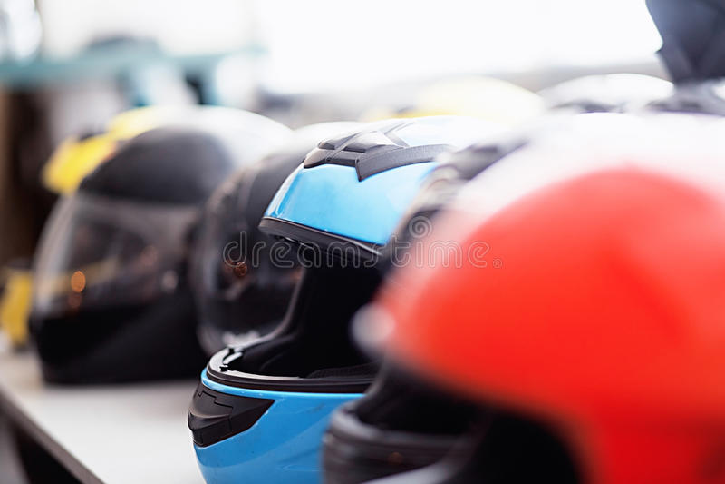 Reihe von moto Sturzhelmen lizenzfreies stockbild