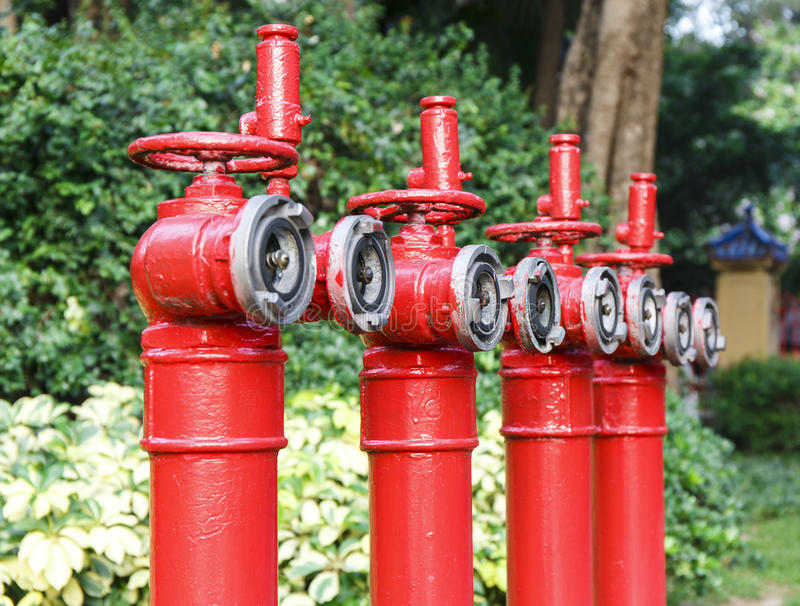 Reihe von roten Hydranten, feuern Hauptrohre, Rohre für Feuerbekämpfung und feuerlöschendes ab stockfoto