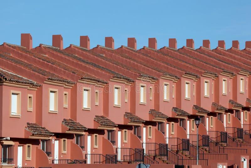 Reihe von roten Wohnhäusern lizenzfreie stockfotografie