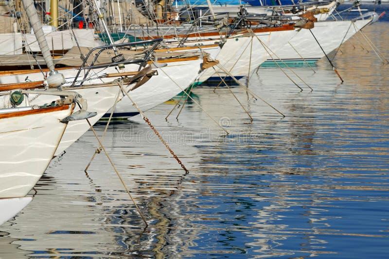 Reihe von Segelbooten lizenzfreie stockfotos