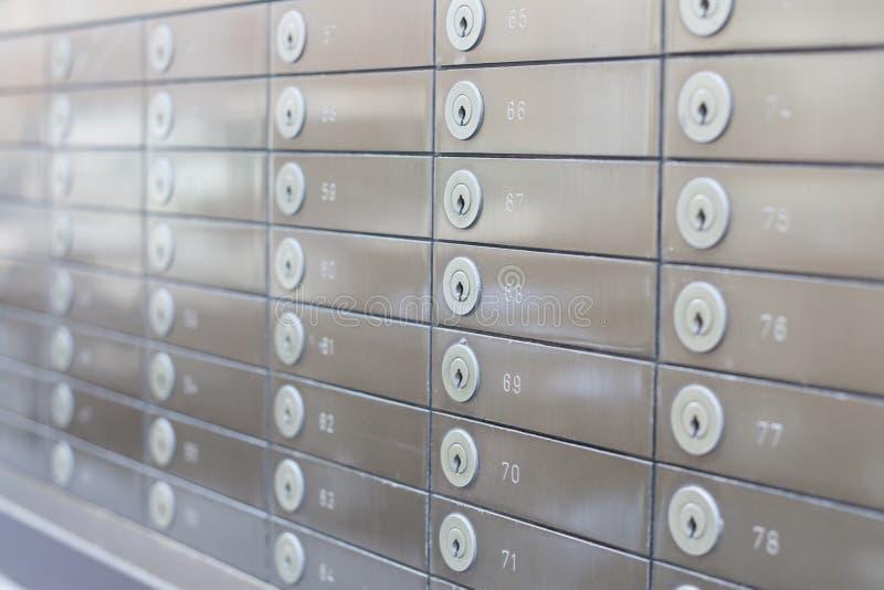 Reihe von silbernen Safes stockbilder