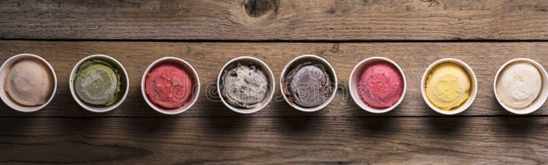 Reihe von sortierten Aromen und von Farben der feinschmeckerischen italienischen Eiscreme stockbild