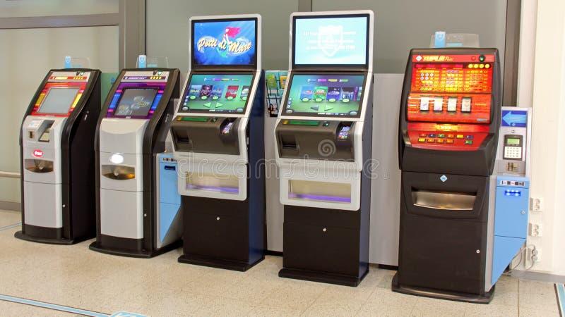 Reihe von Spielautomaten lizenzfreies stockfoto