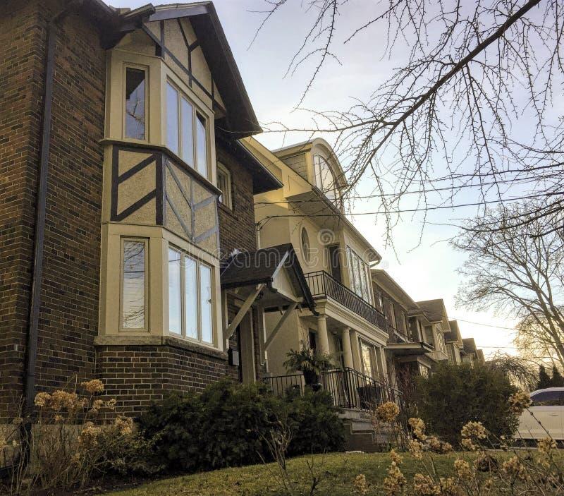 Reihe von Stadtwohnungen oder von Kondominien in Toronto stockbilder