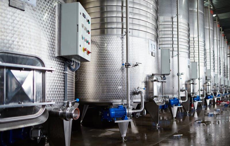 Reihe von Stahlzisternen für Weinspeicher stockfotografie