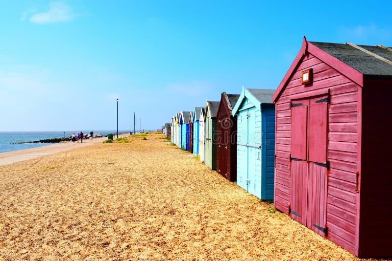 Reihe von Strandhütten auf Suffolkküstenlinie lizenzfreies stockbild