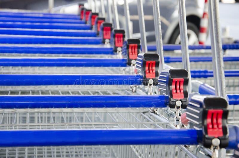 Reihe von Supermarktwarenkorblaufkatzen lizenzfreie stockfotografie
