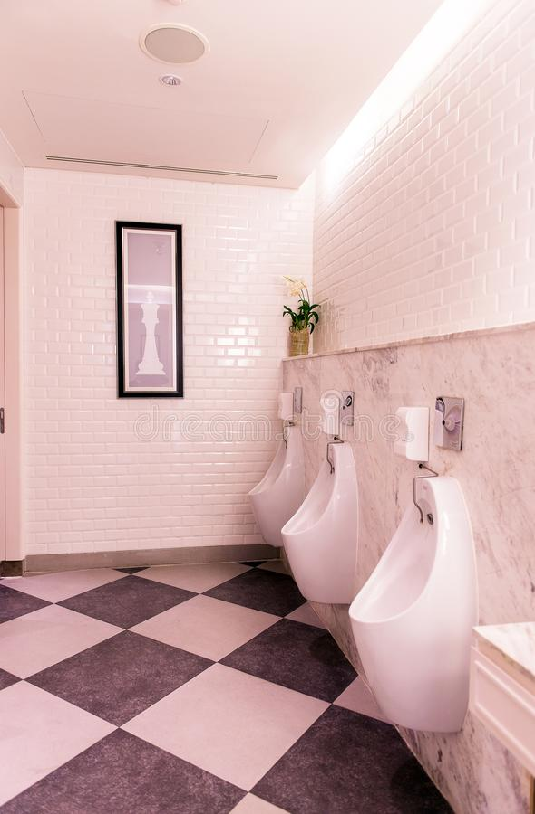 Reihe von Toilettenmännern im Freien in der Toilette, moderne Luxusdesigntoilette stockfotos