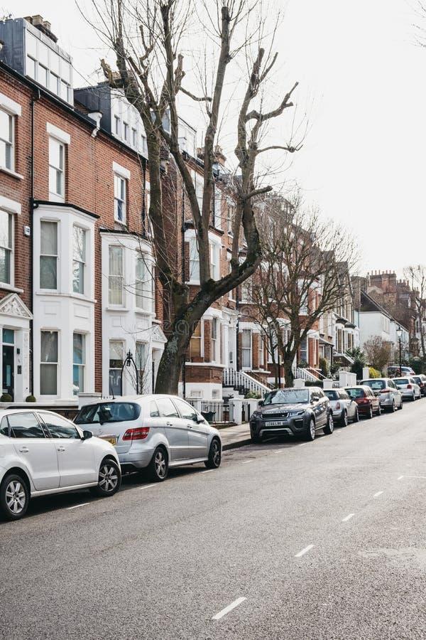 Reihe von typischen britischen Reihenhäusern in Hampstead, London, Großbritannien, draußen Parkplatz lizenzfreies stockbild