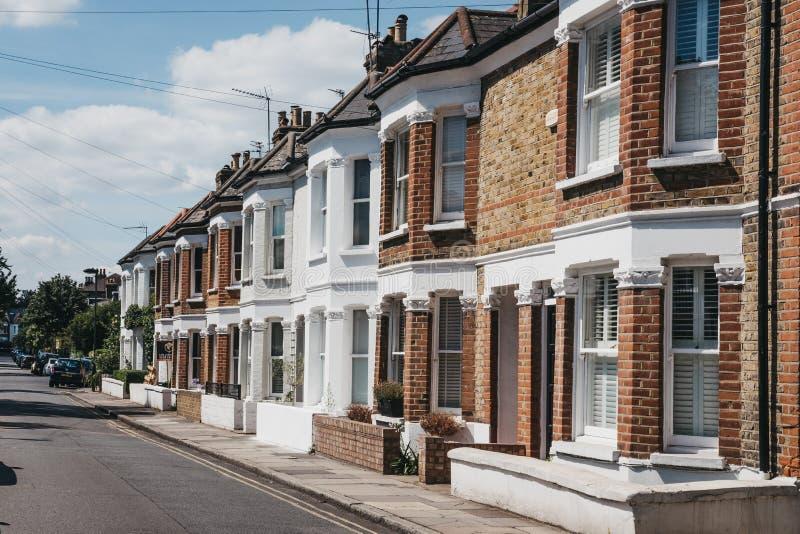 Reihe von typischen britischen Reihenhäusern in Barnes, Großbritannien lizenzfreie stockfotografie