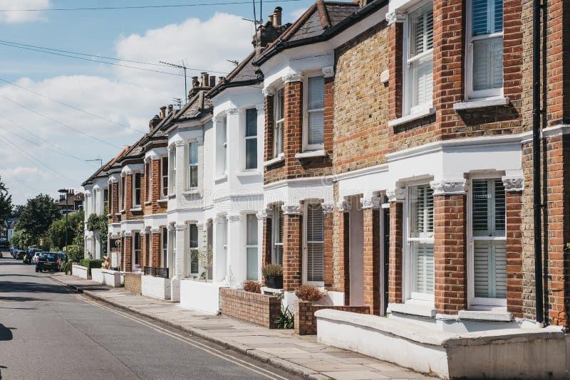 Reihe von typischen britischen Reihenhäusern in Barnes, Großbritannien lizenzfreie stockfotos