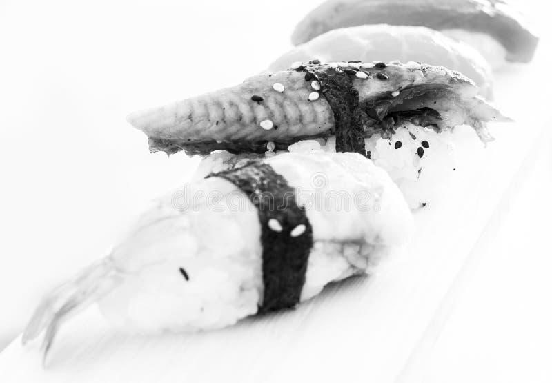 Reihe von vier Arten Nigirisushi lizenzfreie stockbilder