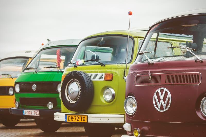 Reihe von Weinlese Volkswagen-Transporterbussen von den Siebzigern lizenzfreie stockbilder