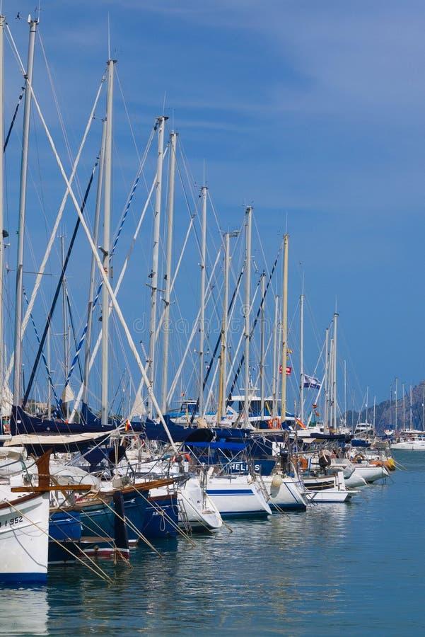 Reihe von Yachten im spanischen Jachthafen lizenzfreie stockfotos