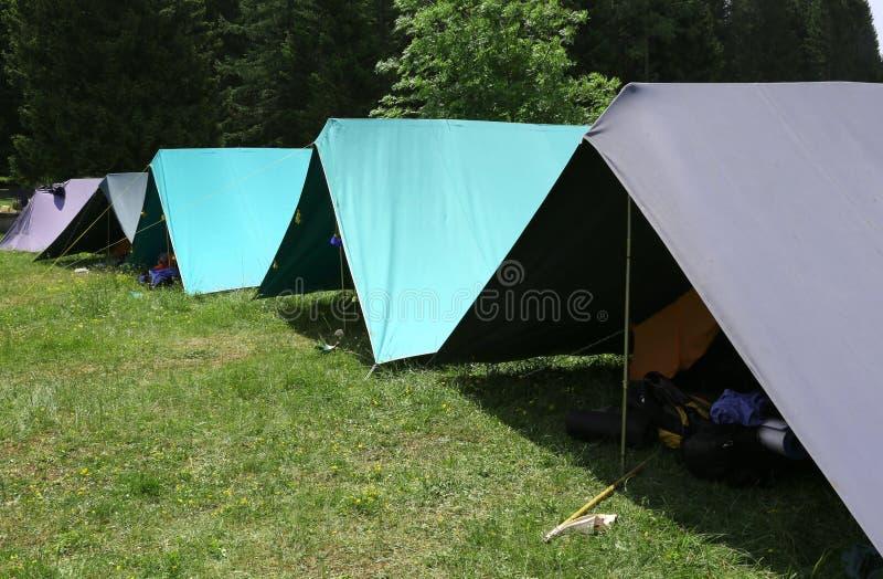 Reihe von Zelten im Sommerlager des boyscout stockbild