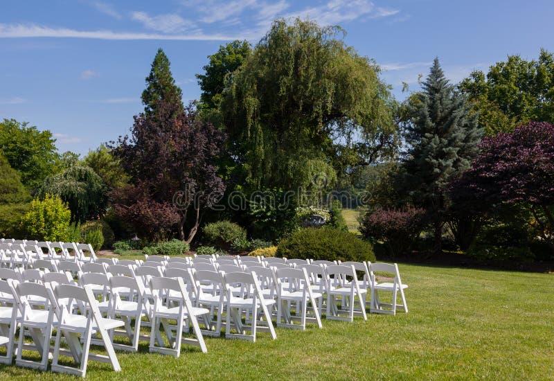 Reihen der hölzernen Stühle installiert für Hochzeit lizenzfreies stockbild