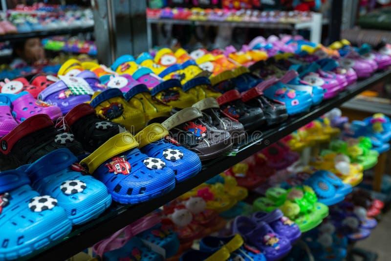 Reihen der Schuhe Plastik-croc Kinder stockbilder