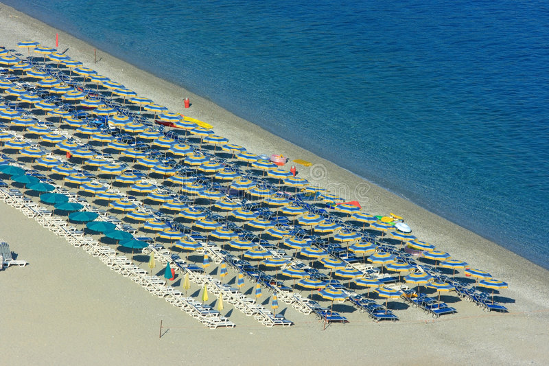 Reihen der Sonnenschirme auf Strand stockbild