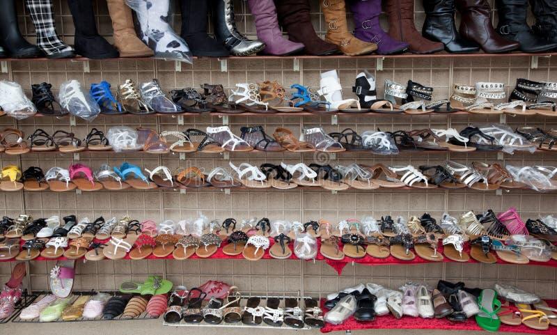 Reihen der sortierten Schuhe, der Sandelholze und der Matten stockbild