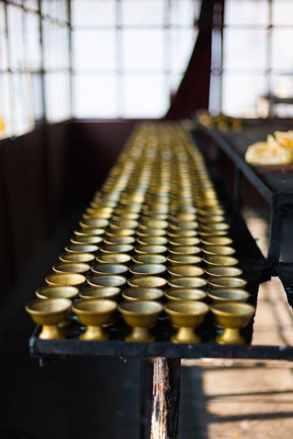 Reihen-Butterlampen-Lagerraum Rumtek Kloster stockfoto