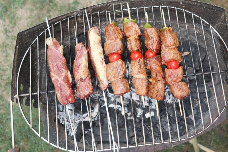 Reihen des heißen köstlichen gegrillten Fleisches auf Grill grillen stockfotos