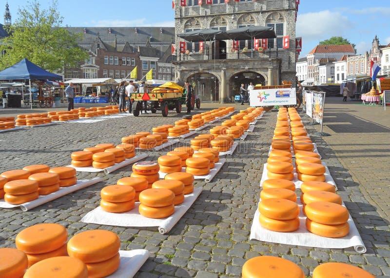 Reihen des klaren gelben Käse-Rades am Gouda-Käse-Markt, berühmter traditioneller Käse-Handel in den Niederlanden stockfotografie