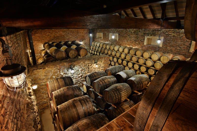 Reihen von alkoholischen Trommeln auf Lager brennerei Kognak, Whisky, Wein, Weinbrand Alkohol in den Fässern lizenzfreie stockbilder