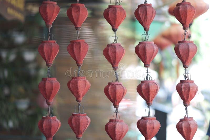 Reihen von alten elektrischen Girlanden mit Lampen stockbild
