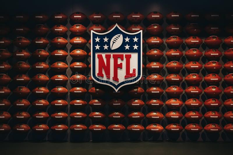 Reihen von Bällen des amerikanischen Fußballs in NFL-Erfahrung im Times Square, New York, USA stockfotos