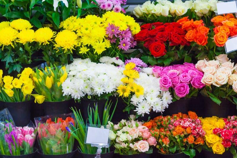 Reihen von bunten Blumensträußen im Blumenladen stockfotos