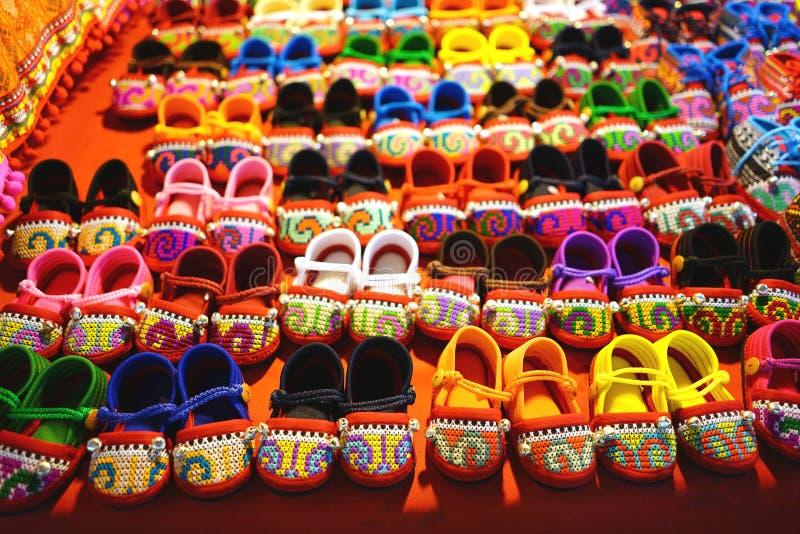 Reihen von bunten handgemachten Babyschuhen im Markt stockbild